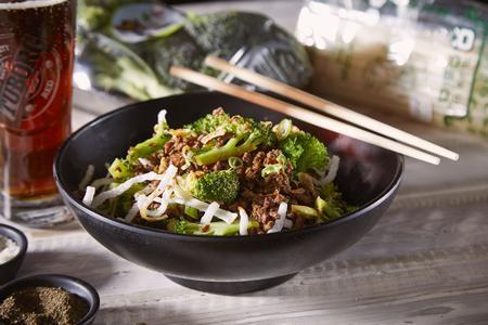 אטריות אורז עם בקר טחון וברוקולי