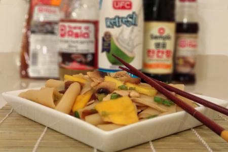 סלט שבבי אורז עם מנגו ומי קוקוס