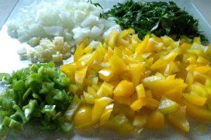 ירקות קצוצים לשילוב עם הבשר בלחמעג'ון