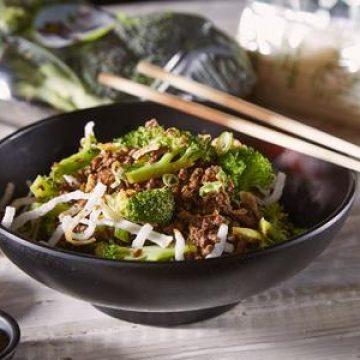 אטריות אורז עם בשר טחון וברוקולי